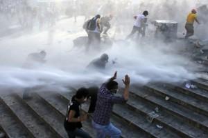Турецкая полиция с помощью водометов разогнала демонстрантов на площади Таксим