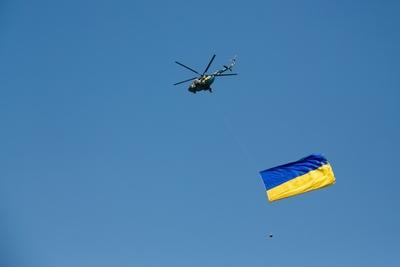 Над Львовом подняли на вертолете самый большой флаг Украины