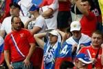 Российских болельщиков в Баку фотографируют