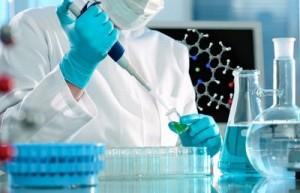 """Ученые обнаружили ген, активация которого заставляет ткани взрослых мышей восстанавливаться так же быстро, как у молодых животных; свои результаты они опубликовали в статье в журнале Cell.  """"Звучит как научная фантастика, но (ген) Lin28a может быть частью целебного коктейля, придающего тканям взрослых исключительные способности к восстановлению, которые наблюдаются у молодых животных"""", — пояснил Джордж Дэли (George Daley) из Детской больницы Бостона (США).  Известно, что ткани восстанавливаются намного быстрее в молодости, нежели во взрослом возрасте. Это верно для многих животных — от насекомых до млекопитающих. Молекулярные механизмы, влияющие на способность тканей к восстановлению, до сих пор оставались неизвестными.  Дэли и его коллеги предположили, что важную роль в этом процессе может играть белок, кодируемый геном Lin28a. Этот ген активен на стадии эмбрионального развития, однако с возрастом уровни белка, который он кодирует, в организме падают. Ученые искусственно активировали Lin28a у взрослых мышей. Они обнаружили, что это стимулировало размножение и миграцию клеток, поэтому у мышей быстрее отрастала сбритая шерсть, а также легче восстанавливалась хрящевая, костная и соединительная ткани при ранениях ушей и пальцев.  Исследователи обнаружили, что Lin28a оказывал свое благотворное действие из-за стимуляции клеточного дыхания — процессов переработки питательных веществ и кислорода, поступающих в клетку, в универсальные молекулы аденозинтрифосфата (АТФ), которые служат источником энергии для подавляющего большинства биохимических реакций.  Авторы статьи полагают, что их результаты могут помочь в создании препаратов, способствующих восстановлению тканей у людей."""