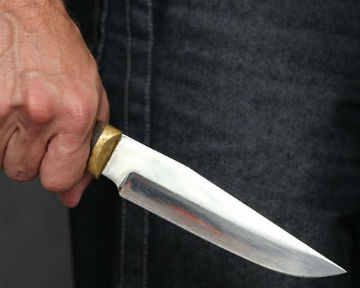 угрожая ножом