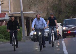 Пашинян на велосипеде